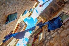 Vieille rue dans Kotor avec des vêtements d'aération Photos libres de droits