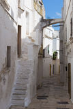 Vieille rue dans un petit village dans Pouilles du sud, Italie Image libre de droits