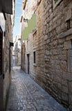 Vieille rue de Trogir Image libre de droits