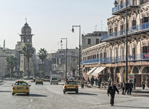 Vieille rue de ville avec le clocktower à Alep Syrie Image libre de droits