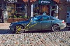 Vieille rue de ville et whell verrouillé de voiture, BMW Jour d'hiver ensoleillé Photo urbaine 2019 de voyage photographie stock