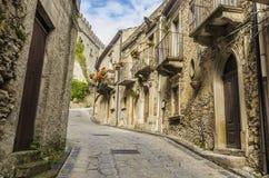 Vieille rue du village de l'elicona Italie de montalbano photos stock