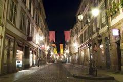 Vieille rue Strasbourg de ville par nuit Images stock