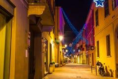 Vieille ruelle décorée pendant des vacances de Noël en Reggio Emilia images libres de droits