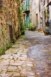 Vieille ruelle en Toscane Photographie stock libre de droits