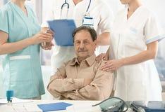 Vieille séance patiente sur la pièce du docteur Photos stock