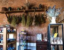 Vieille salle d'entreposage des pots de pots de confiture de brique rouge photographie stock libre de droits