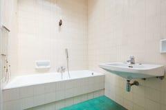 Vieille salle de bains, intérieur carrelé avec la baignoire photographie stock