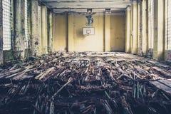 Vieille salle de gymnastique de basket-ball, école abandonnée Images stock
