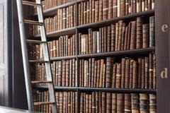 Vieille section de bibliothèque dans l'université de trinité, Dublin Images stock