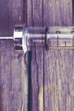 Vieille seringue en verre sur le fond en bois photos libres de droits