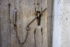 Vieille serrure d'une porte en bois Images stock