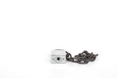 Vieille serrure et vieille chaîne sur le fond blanc Photo libre de droits