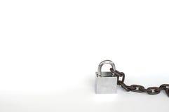 Vieille serrure et vieille chaîne sur le fond blanc Images libres de droits