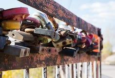 Vieille serrure rouillée sur le pont Image stock