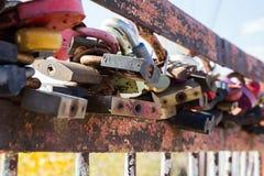 Vieille serrure rouillée sur le pont Image libre de droits