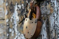 Vieille serrure rouillée sur les portes en bois Image libre de droits
