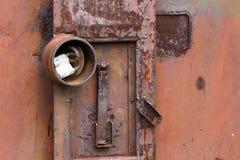 Vieille serrure rouillée sur un vieux récipient rouillé photo libre de droits