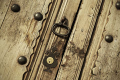 Vieille serrure sur une porte de cru Images stock