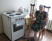 Vieille seule femme agée dans sa maison Photo libre de droits