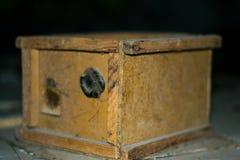 Vieille signalisation dans une boîte en bois Photographie stock