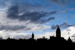 Vieille silhouette de ville avec des nuages image libre de droits