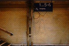 Vieille sortie carrelée de tunnel photos stock