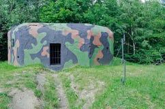 Vieille soute militaire sur le bord de forêt Images libres de droits