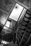 Vieille spirale antique dans la perspective d'une fenêtre rougeoyante Photo stock