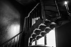 Vieille spirale antique dans la perspective d'une fenêtre rougeoyante Image libre de droits