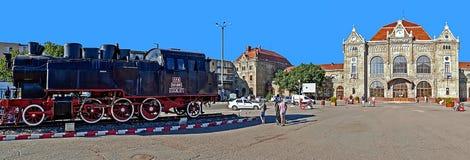 Vieille station de train dans Arad, la Roumanie et une locomotive à vapeur en avant Photographie stock libre de droits