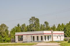 Vieille station service avec l'accent rouge photo libre de droits