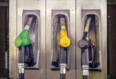 Vieille station service de cru avec trois becs dans des couleurs vertes, jaunes et noires, plan rapproché images stock