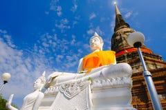 Vieille statue blanche de Bouddha avec le fond de ciel bleu au temple de Wat Yai Chai Mongkhon Old Photo libre de droits