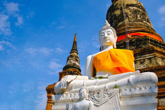 Vieille statue blanche de Bouddha avec le fond de ciel bleu au temple de Wat Yai Chai Mongkhon Old Photographie stock