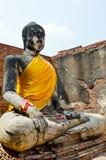 Vieille statue de Bouddha et vieux mur avec le ciel blanc Image libre de droits