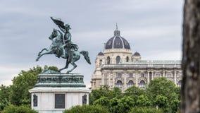 Vieille statue de guerre en profondeur dans le jardin Photos libres de droits