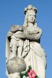 Vieille statue en pierre de la Vierge sur la tombe et le Jesus Christ avec le rol Photographie stock