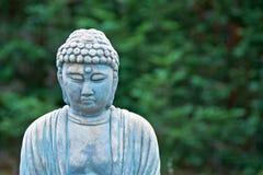 Vieille statue superficielle par les agents de Bouddha de jardin Image stock