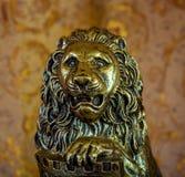 Vieille statuette de lion sur le fond brun Photos stock