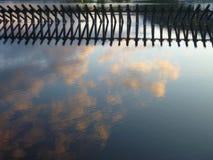 Vieille structure en bois reflétée dans l'eau Photos libres de droits