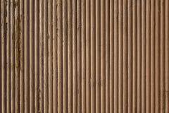 Vieille surface en bois onduleuse beige brune grise avec ?plucher la peinture et les lignes verticales Texture approximative image stock