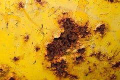 Vieille surface métallique peinte par jaune avec la rouille photographie stock