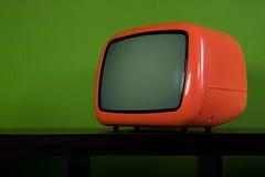 Vieille télévision orange dans la chambre verte Photographie stock