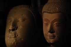 Vieille tête négligée de Bouddha de grès Photo stock