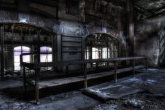 Vieille table à l'usine photographie stock libre de droits
