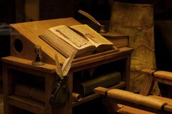 Vieille table avec le livre antique Photos stock
