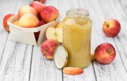 Vieille table en bois avec la compote de pommes faite fraîche Image stock