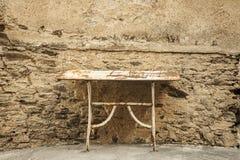 Vieille table en métal image stock