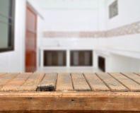 Vieille table supérieure vide contre l'espace de cuisine photos libres de droits